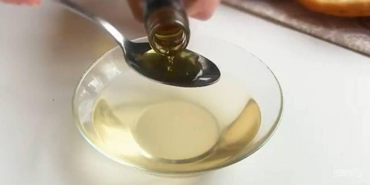 5.  Приготовьте сироп: воду подогрейте в кастрюле с сахаром (не кипятите) до его растворения и остудите. Смешайте с коньяком. Соберите торт: выложите темные бисквиты, смажьте их кремом.