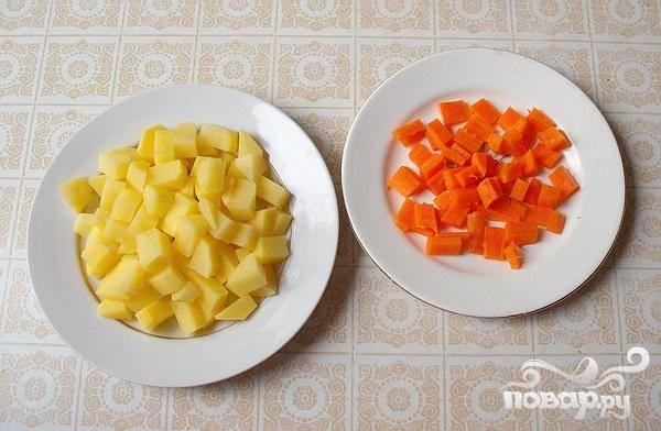 1.Очищаем от кожуры морковь и картофель, промываем и нарезаем кубиками. Наливаем воду в кастрюлю и ставим на огонь, когда закипит, бросаем в нее целую луковицу и морковь (очищенные). Минут через семь добавляем промытого риса и картофеля.