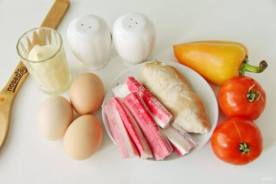 Подготовьте все ингредиенты. Куриную грудку и яйца заранее отварите до готовности и остудите.