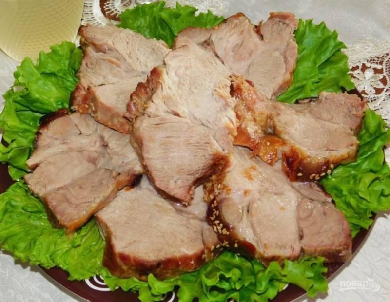 Готовое мясо можно сразу подавать к столу в горячем виде. Приятного аппетита!