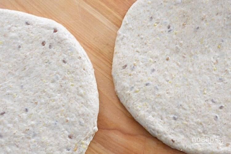 1.Разделите тесто на 4 равные части, раскатайте в ровные круги для пиццы. Застелите противень пергаментной бумагой, поместите на него тесто.