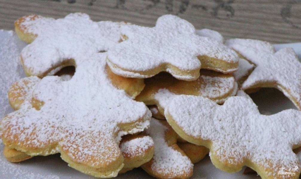 Противень смажьте маслом и уложите на него печенье. Запекайте в течение 15 минут, а готовые изделия посыпьте сахарной пудрой.