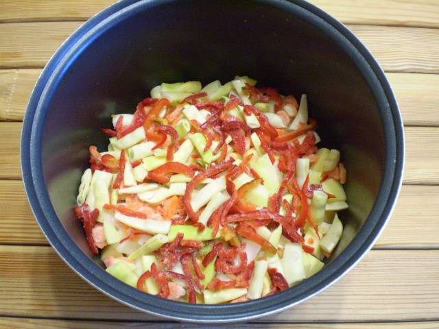 5. Складываем все овощи в глубокую сковороду, кастрюлю или казан. Солите и перчите по вкусу. Полейте растительным маслом.