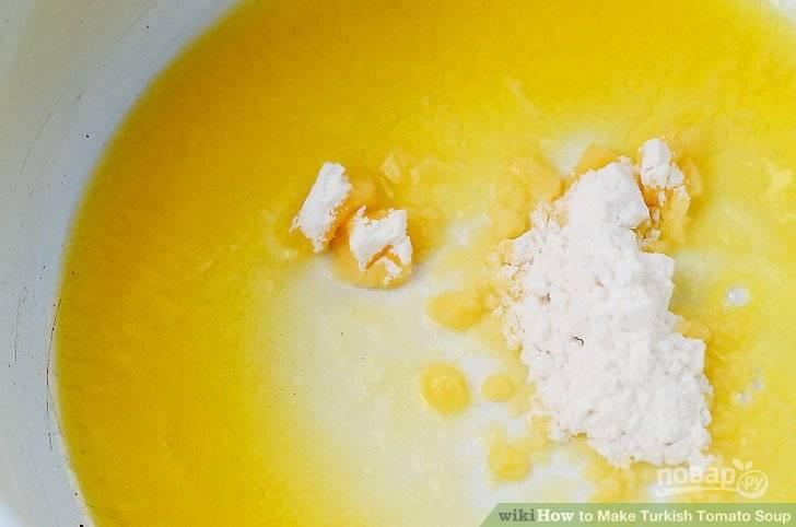 На сковороде растопите сливочное масло, добавьте муку, мускатный орех, обжаривайте до золотистого цвета.