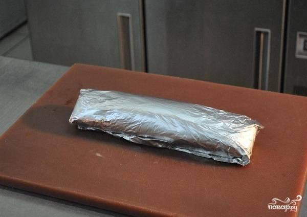 6. После заверните в фольгу, предварительно хорошо смазав ее растительным маслом, выложите в жаропрочную форму и отправьте в разогретую до 180 градусов духовку.