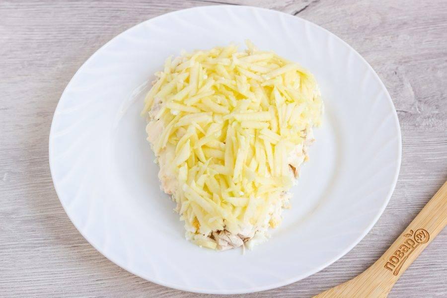 Четвертый слой - мякоть яблока натертая на крупной терке, немного майонеза по всей поверхности салата.