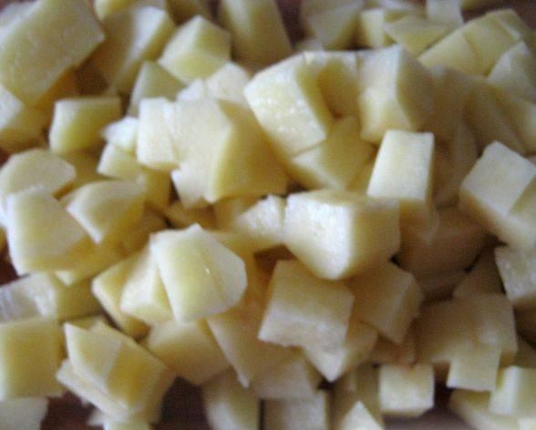 3. Также нашинковать и картофель. Отправляем картофель вариться и после закипания отправляем в бульон специи (лавровый лист, перец горошком). После этого отправляем и нарезанную колбасу. Варим суп на слабом огне.