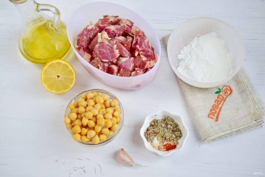 1.     Нут заранее замочите в большом количестве холодной воды на несколько часов. Затем залейте свежей холодной водой, отварите в течение 1 часа до готовности. Мясо вымойте, обсушите, нарежьте на кусочки по 2 см.