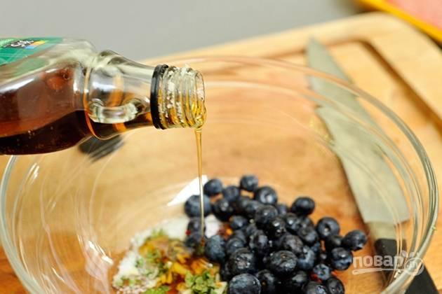 3.Добавьте к травам чернику и кленовый сироп.