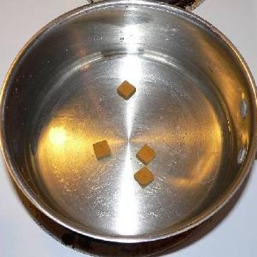 В отдельной кастрюле размешать 4 стакана воды и 4 кубика куриного бульона. Варить на медленном огне, пока кубики полностью не растворятся.