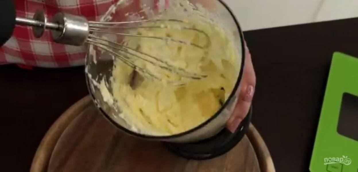 4. Разогрейте массу на огне и растопите шоколад. Взбейте мягкое сливочное масло блендером в течение 5 минут. Добавьте к маслу весь шоколад с малиновой и перемешайте до однородности. Уберите крем в холодильник на 1 час.