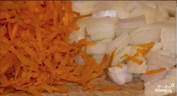 Нарезаем лук и натираем на крупной терке морковь.