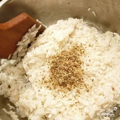 В другой кастрюльке кипятим воду, добавляем в кипящую воду немного соли и растительного масла, затем кладем в кастрюлю промытый рис. Варим рис без крышки до готовности, если жидкости будет мало - подливаем еще (изначальное соотношение воды и риса - 1:1). Когда рис будет практически готов и почти полностью впитает жидкость, добавляем в него специи (у меня - зира и кориандр).