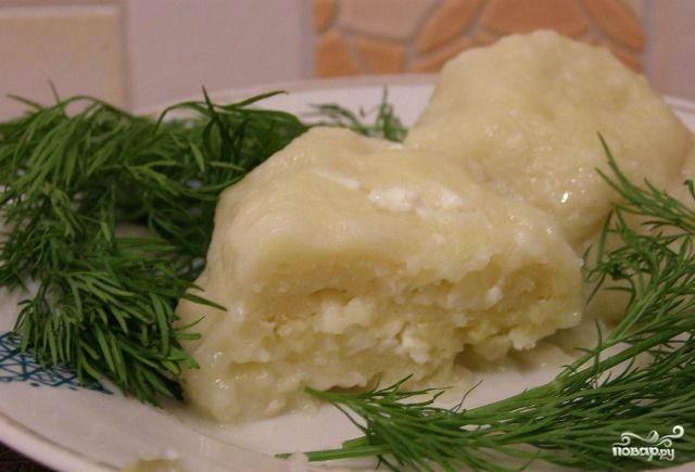 6. Достаньте кнели из воды, подавайте горячими, украсив тарелку веточками зелени. Приятного аппетита!