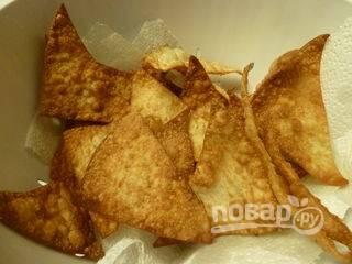 7.Обжариваю тесто на раскаленной сковороде с добавлением подсолнечного масла, сразу перекладываю на салфетку, чтобы впитался жир.