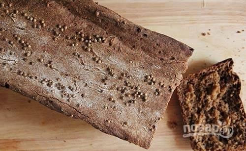 5. А дальше все очень просто. Отправьте форму в разогретую до 200 градусов духовку и выпекайте хлеб полчаса/40 минут до готовности. После выложите на решетку, накройте чистым полотенцем и оставьте до полного остывания.