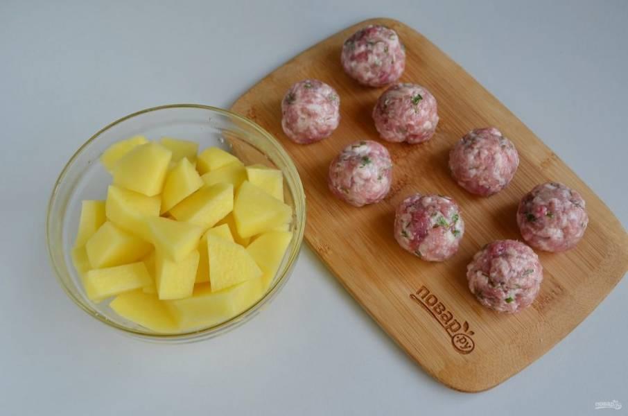 Мокрыми руками сформируйте из фарша фрикадельки. Очищенный картофель порежьте небольшими кусочками.