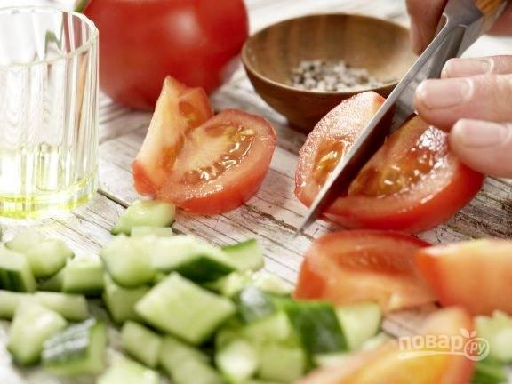 Дольками нарежьте помидоры, а огурцы — кубиками.