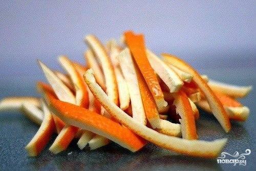 Далее очень важный момент - нарезать из кожуры апельсинов - ровные, красивые и длинные полосочки.