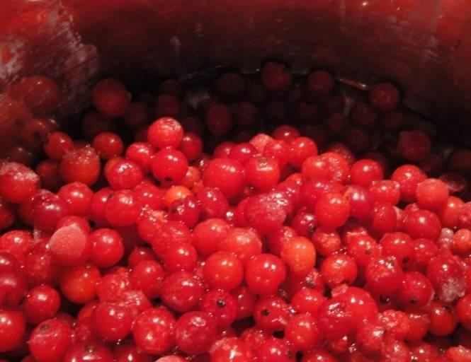 Промойте ягоды и проварите в небольшом количестве воды до размягчения.
