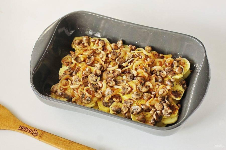 Следующим слоем выложите обжаренные с луком грибы.