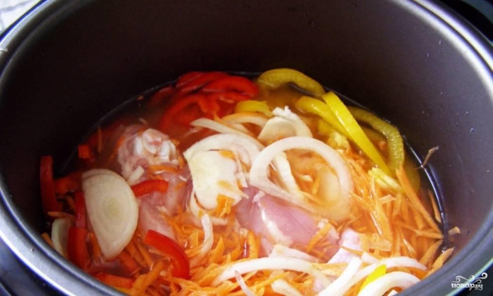 После того, как овощи обжарились, добавляем мясо и всё вместе обжариваем, пока не прозвучит сигнал об окончании времени.
