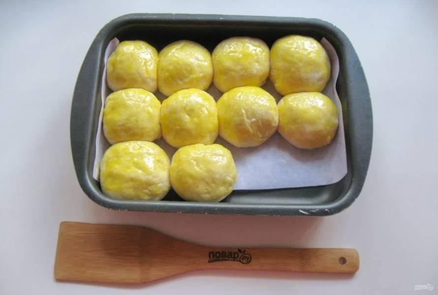 Смажьте пирожки желтком яйца.