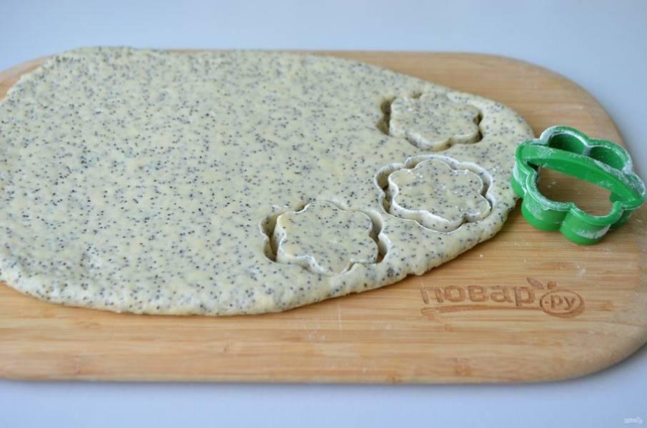7. Охлажденное тесто раскатайте тонко, не более 1 см, вырубкой для печенья выдавите коржики.
