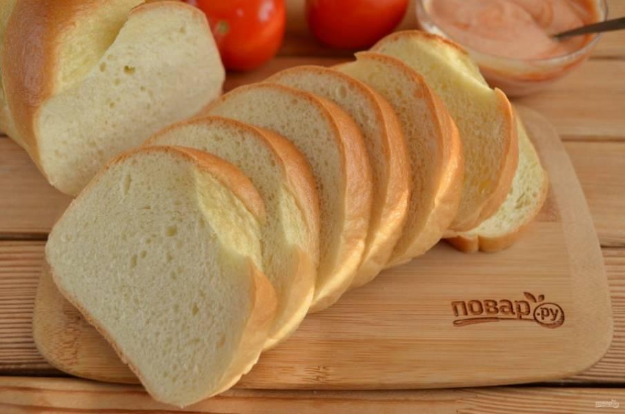 Хлеб порежьте кусочками толщиной примерно 1 см.