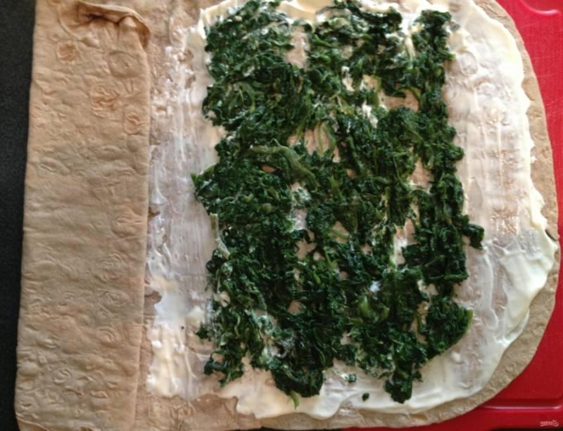3.Ложкой выкладываю шпинат со сковороды и распределяю его по центру тонким слоем.
