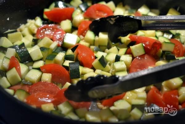 Убираем обжаренное филе со сковороды. Выкладываем чеснок и цукини. Обжариваем минуты 3. Затем добавим помидоры и готовим пару минут. Добавляем вино и доводим до кипения.