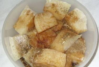 1. Тщательно моем филе рыбы и нарезаем кусочками среднего размера. Солим и перчим по вкусу. Если у вас есть соевый соус - можете добавить несколько столовых ложек и дать после этого рыбе постоять около 30 минут.