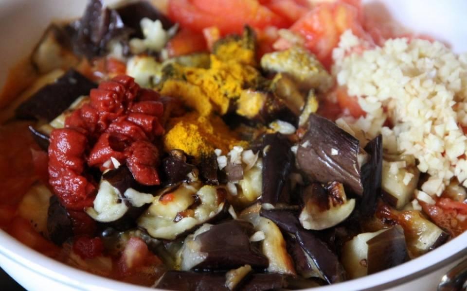 Теперь обжариваем все еще раз, уже вместе с томатной пастой, чесноком и куркумой на оливковом масле.