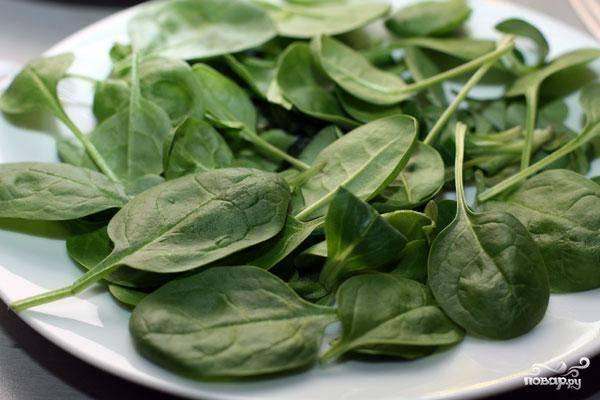 Листья салата просто помоем, высушим и выложим на тарелку для салата. Резать или рвать не надо.