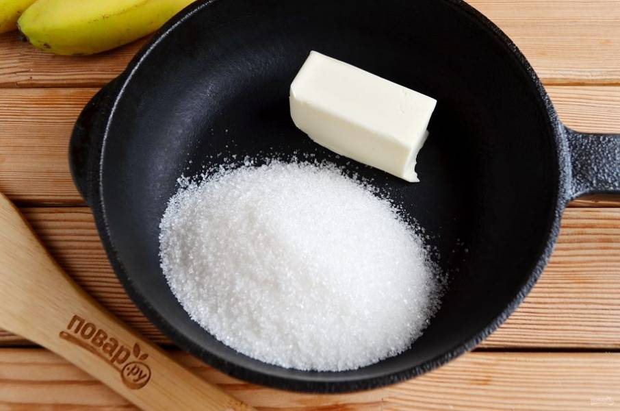 Растопите 50 г сливочного масла, всыпьте сахар и жарьте на слабом огне до образования карамели, это займет минут 5.