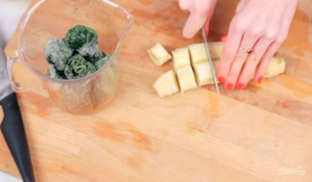 1. Для начала немного разморозьте шпинат, чтобы его было легче взбивать блендером. Затем нарежьте замороженный банан на кусочки и добавьте его к шпинату в чашу блендера.