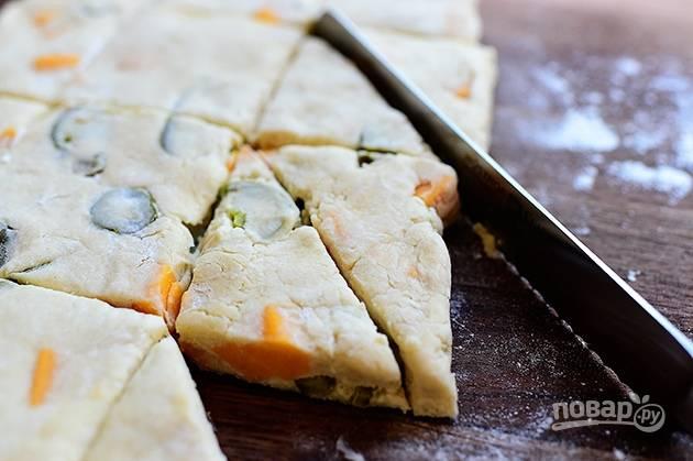 6. Раскатайте тесто в толстый лист и разрежьте его на треугольники.