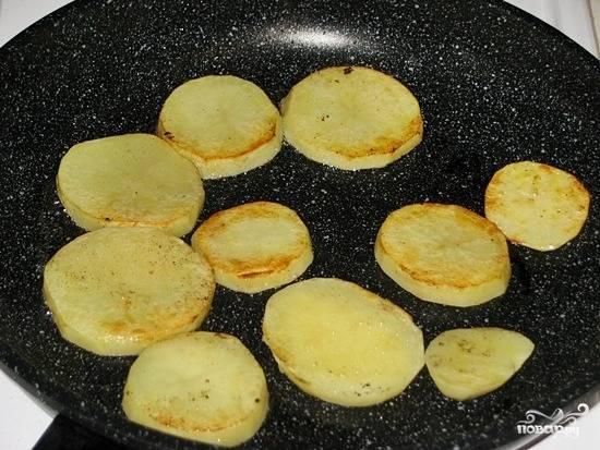 Обжариваем картофель, опять-таки стараясь потратить как можно меньше масла.