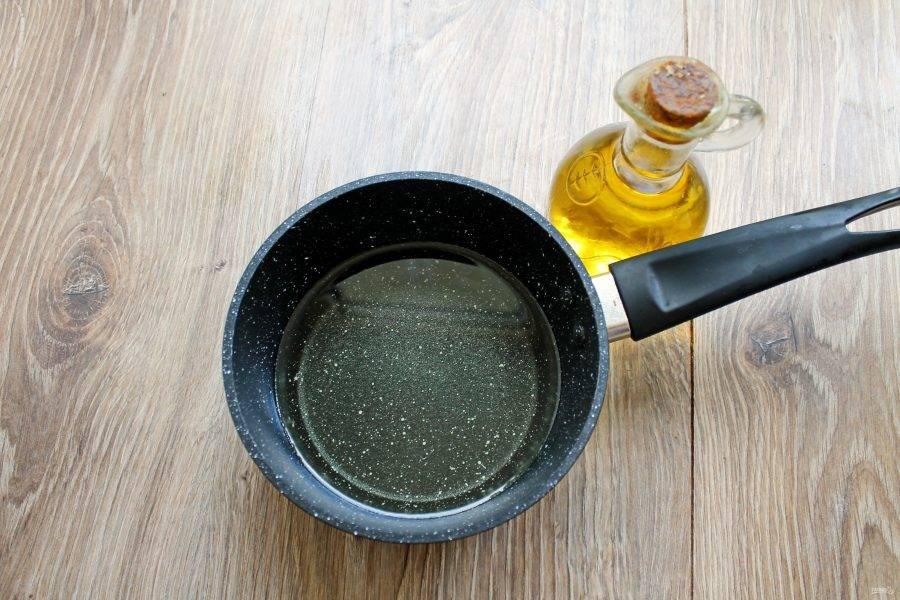 Растительное масло налейте в кастрюлю и прокалите на среднем огне, полностью остудите.