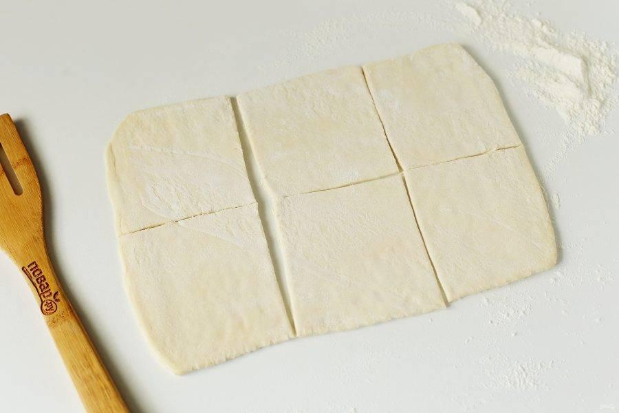 Стол подпылите мукой и раскатайте поочередно каждый пласт теста в одном направлении в форме прямоугольника, после чего поделите на шесть равных частей.