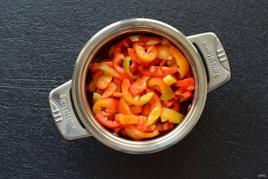 Добавьте перец. Варите под крышкой на медленном огне 15 минут.