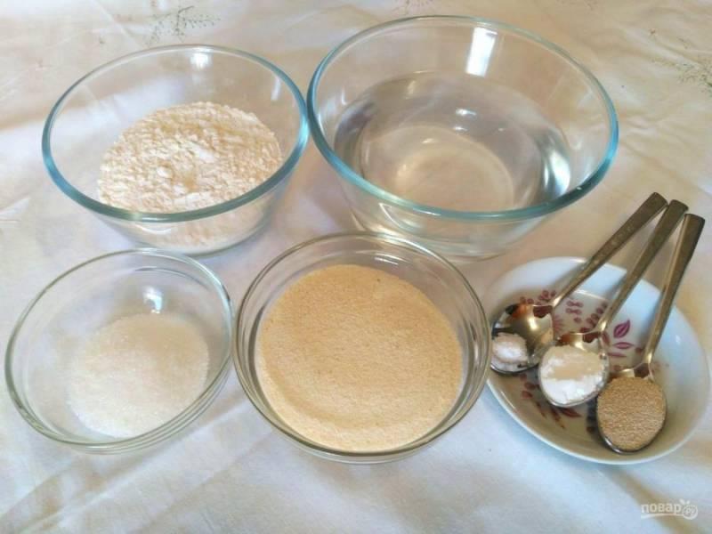 Подготовьте необходимый набор продуктов. При желании можно заменить воду молоком.