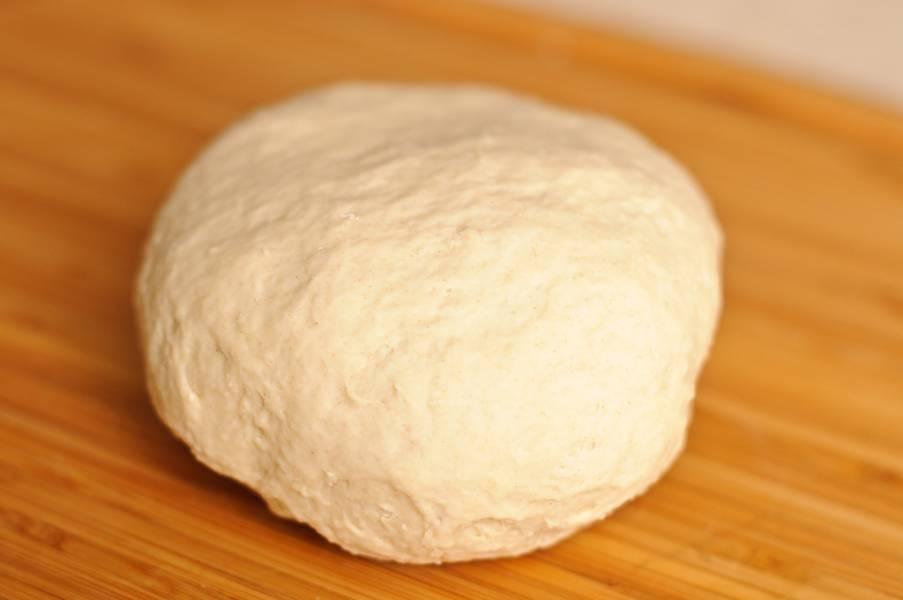 В средней миске смешать вместе сухие ингредиенты для теста. Сделать углубление посередине и залить теплой водой, добавить 1 яйцо. Месить в течении 5-6 минут. Обложите тесто пленкой и дайте постоять в течении 10-20 минут.