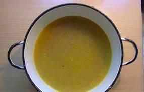Выложите смесь со сковороды в кастрюлю и залейте 1,5 литром воды. Доведите до кипения и варите еще 5 минут.