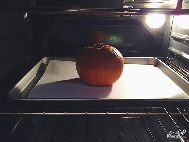 Противень застелите пергаментом. Разогрейте духовку до 190 градусов, отправьте тыкву запекаться минут на 40-45. Накройте крышкой.