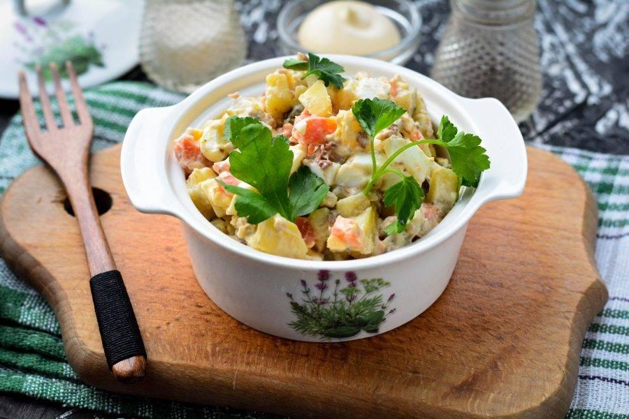 Посолите и поперчите по вкусу, готовый салат подавайте сразу к столу. Приятного вам аппетита!
