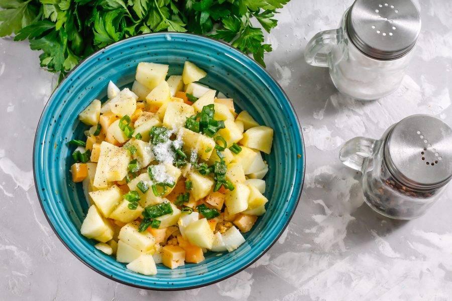 Промойте свежую зелень, зеленый лук или укроп, измельчите и добавьте вместе с солью и молотым черным перцем.