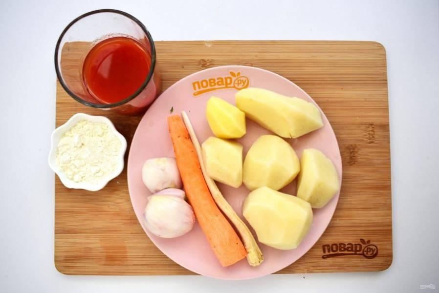 3. Картофель, морковь, корень петрушки и лук вымойте, очистите. Муку пассеруйте на сухой горячей сковороде до появления орехового запаха.