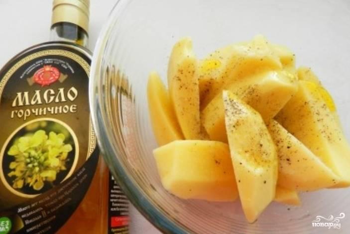 Картофель промойте и очистите. Нарежьте его, как вам нравится, полейте маслом, присыпьте солью и перцем. Перемешайте.