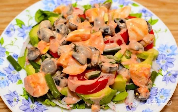 4.Поливаю салат приготовленной ранее заправкой, не перемешиваю и подаю к столу.